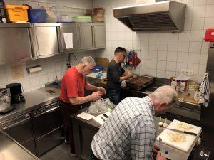 Greogor und die beiden Peter bei der Chili Zubereitung