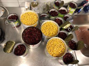 Dosen mit Mais und Bohnen