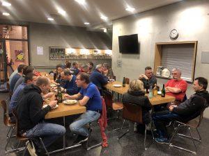 Die Mitglieder beim gemeinsamen Essen zum Jahresabschluss