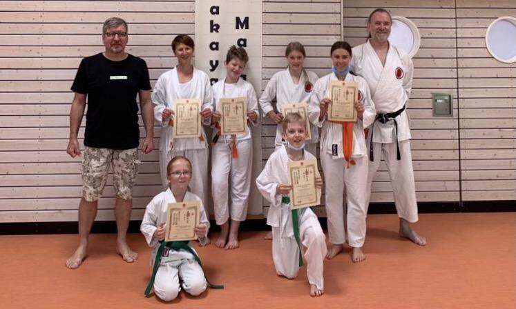 Die Karateka nach ihrer erfolgreichen Grünengurt-Prüfung mit ihrem Trainer Rolf Espert und Sensei Jogi Breitinger.